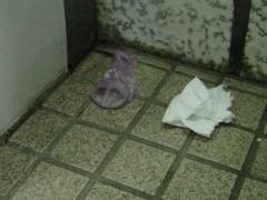 トイレ内のゴミ。2008年6月撮影