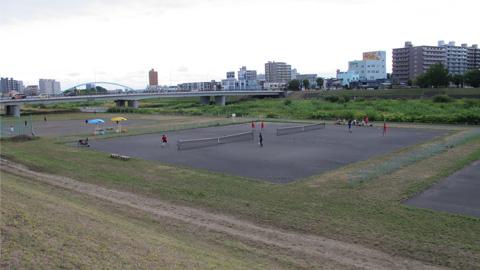一条大橋と河川敷テニスコート2019年8月撮影